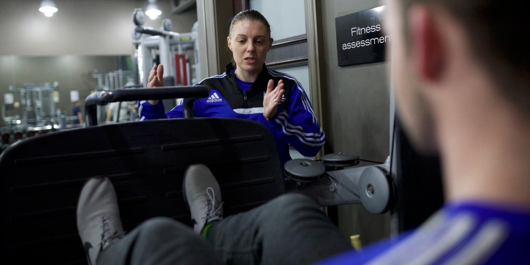 Trainer teaching leg press